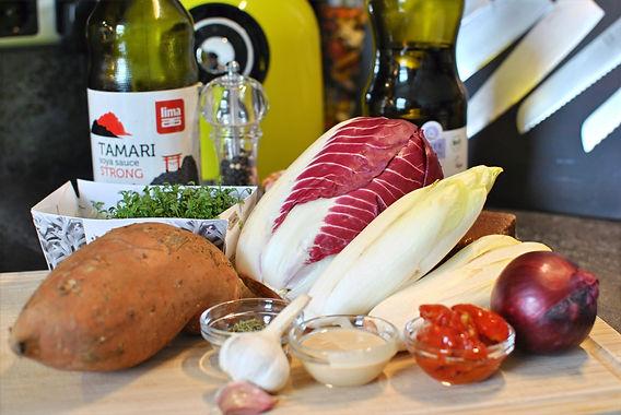 Chicorée-Schiffchen mit Räuchertofu und Süßkartoffel