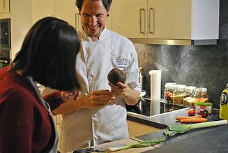 Ernährungsberater erklärt etwas über Lebensmittel. Kochworkshop. Vegan.