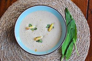 Spargelcremesuppe mit Bärlauch-Orangen-Walnuss-Pesto