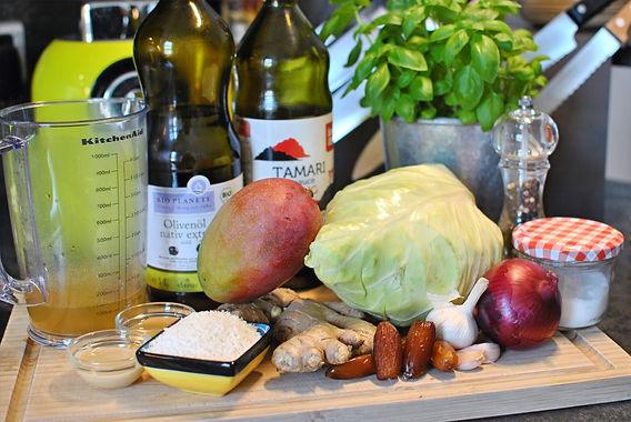 Gerösteter Spitzkohlsalat mit Mango-Ingwer Dressing, Kokosraspeln und Basilikum
