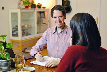 Ernährungsberater bei einer Beratung. Vegan. Ernährungsberatung zu Hause. Ernährungsberatung vor Ort.
