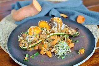 Gefüllte Zucchini mit Pulled-Jackfruit auf Süßkartoffel-Pilz-Würfeln