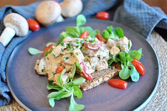 Tempeh-Pilz-Geschnetzeltes auf knusprigem Walnussbrot mit Feldsalat