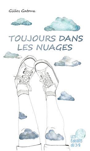 Personnage en culottes courtes dont on ne voit que les jambes des genoux aux baskets levées vers le ciel et les nuages.
