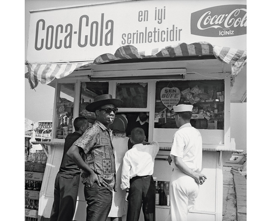 James Baldwin Coca-Cola tezgahında.