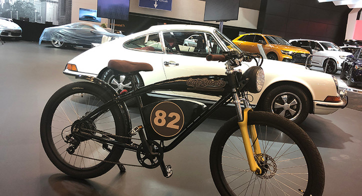 Cafe Racer '82 with car