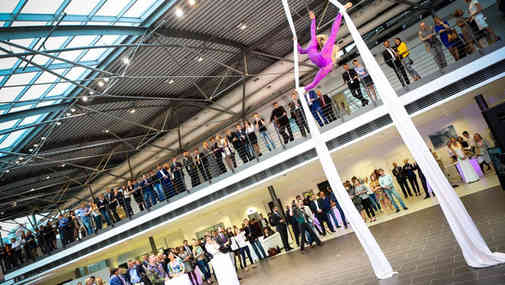 Гимнастка на открытии салона AUDI