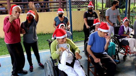Ao som de 'Jingle Bell Rock', colaboradores e educandos do CENSA Betim celebram o Natal