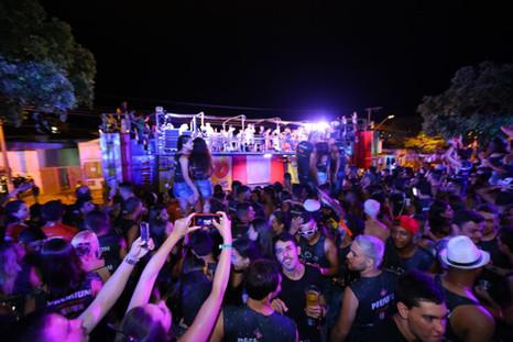 Henrique e Juliano dão o pontapé inicial no carnaval embaixo de chuva em Abaeté
