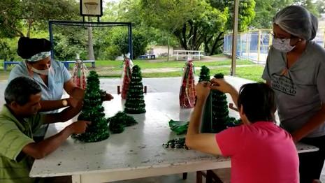 Confecção de árvores de Natal artesanais é parte do processo terapêutico de pessoas com deficiência
