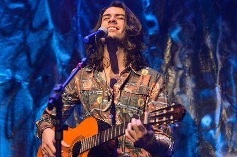 Compositor e cantor Daniel De Filippo lança seu primeiro vídeo clipe no show Como Você se Sente Vivo