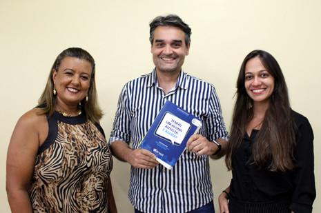 """Livro """"Tenho um Aluno Autista: E Agora?"""" é lançado com participação de profissionais do CENSA Betim"""