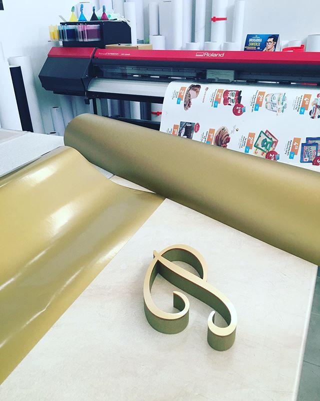 Litery ze styroduru + złota plexa 😍 rów