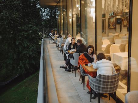 Уютные столики на балконе ресторана