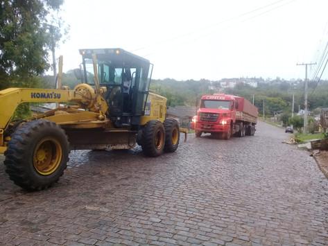 Secretaria de Obras auxilia carretas na subida do Amorim