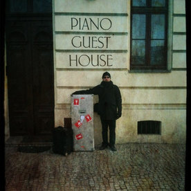 Piano guest house (Cracovie). Travelling doublebass