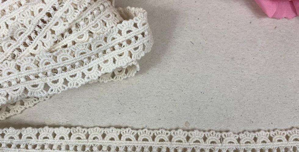 Renda de algodão na cor bege - 2 cm x 3 m