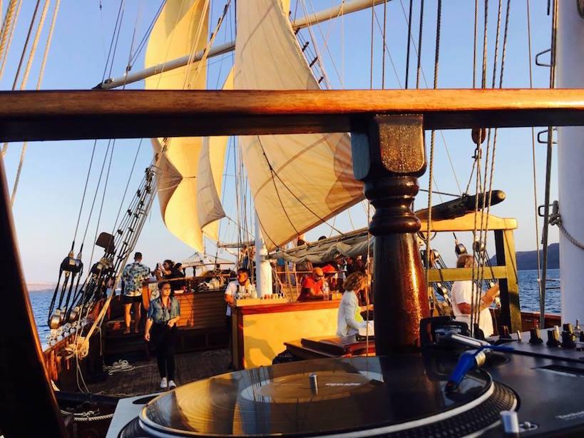 Santorini_dj-croisière_sur_un_bateau-dj_