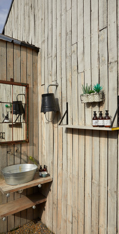 FARMSTEAD_outdoor bathroom01_195.jpg
