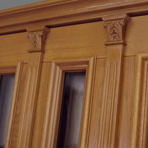 Die beiden aufgebrachten Schnitzereien verleihen diesem Haustürmodell eine zusätzliche individuelle Note.