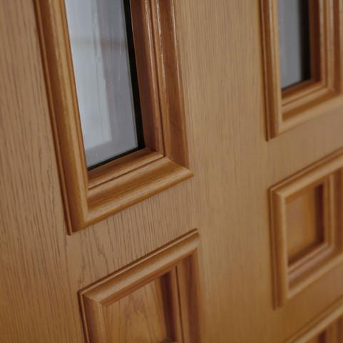 Die Innenseite ist elegant schlicht gehalten. Unsere speziell angefertigen Profilleisten PL20 rahmen das Glasfeld und die Füllung ein.
