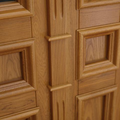 Auf der Massivholzaufdopplung die zur Rahmenoptik dient, wurden die profilierten Lisenen und Kapitellen positioniert.