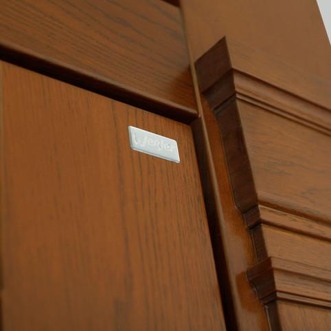 Gesimsprofil auf dem Blendrahmen passt formschön zum Gesamatbild der Haustür.