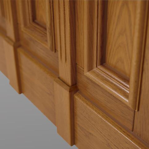 Die Lisenen verlaufen im Einklang mit dem Sockel der Holzhaustür.