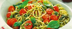 Spaghetti con pomodori freschi e pesto