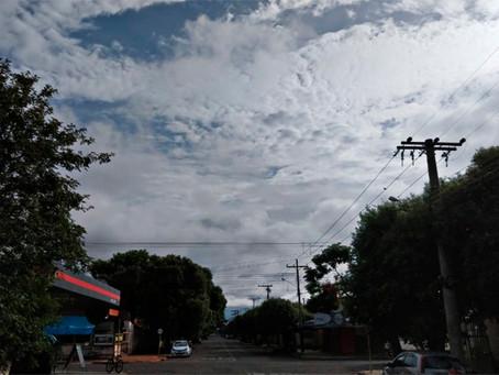 Massa de ar frio derruba temperatura em 13°C e chove em boa parte do Estado