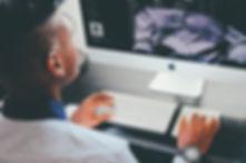 Image représentant une personne devant un ordinateur