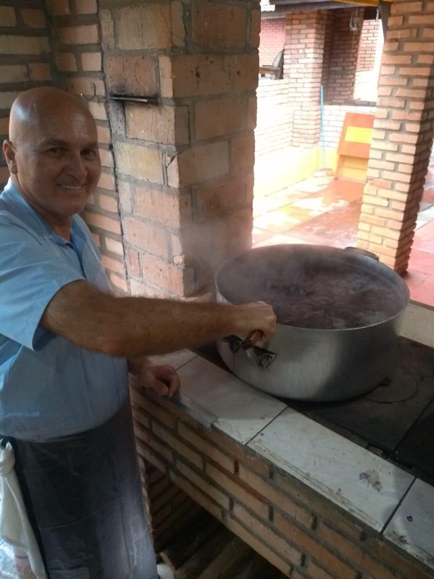 Venerável Mário Fuglini com a mão na massa. Mário é também Delegado Maçônico da Região de Itararé e Adjacências. (Foto: ARLS Obreiros de Salomão, nº 22)