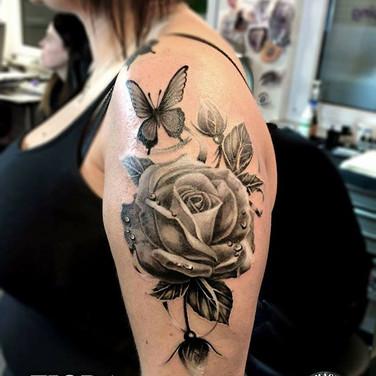 realistisches-schmetterling-rosen-tattoo.jpg