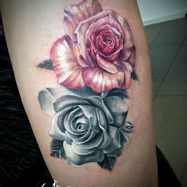 grau-rosa-rosen-tattoowierung.jpg
