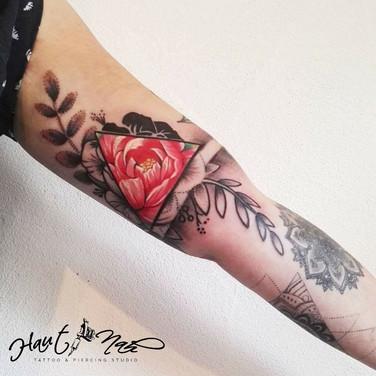 bunte-rose-dreieck-tattoo.jpg