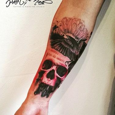 rot-schwarz-feder-schaedel-tattoo.jpg