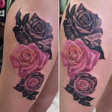 schwarz-pink-rosen-tattoo.jpg