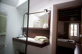 salle d'eau sucrée salée  du gite hamac pour 6 /8 pers avec piscine votre maison de vacance a Echallat en Charente  (16 )