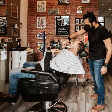 Remy pendant un rasage à l'ancienne