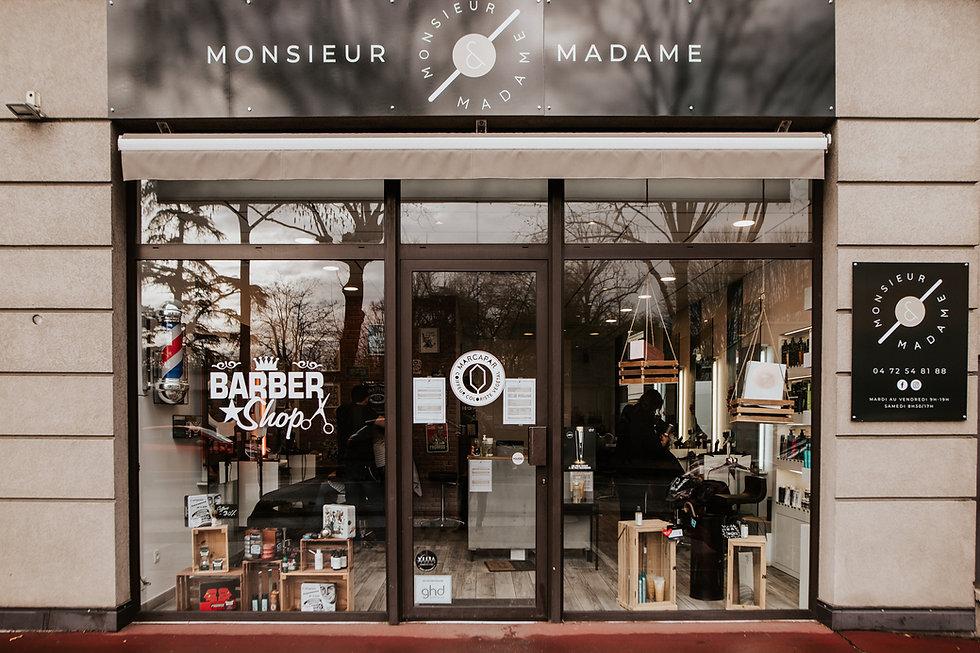 Vitrine du salon de coiffure Monsieur et Madame