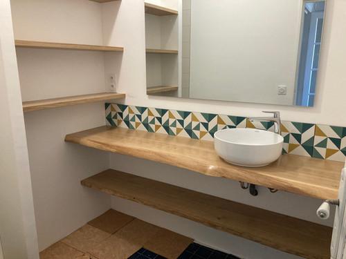 Plan vasque et étagères de salle de bain