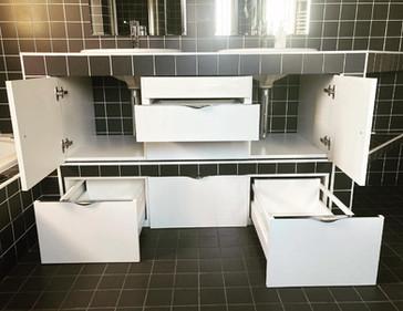 Meuble salle de bain intégré au bâti