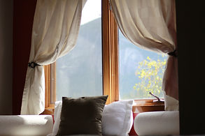 Cosy hotel room in Squamish with mountain view
