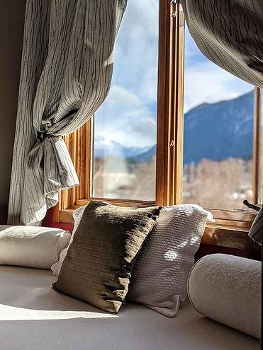 Howe Sound Inn Mountain View Bed.jpg