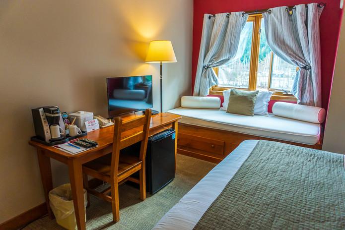 Howe Sound Inn Queen Daybed with deskspace
