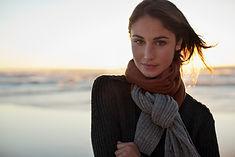 Frau durch das Meer