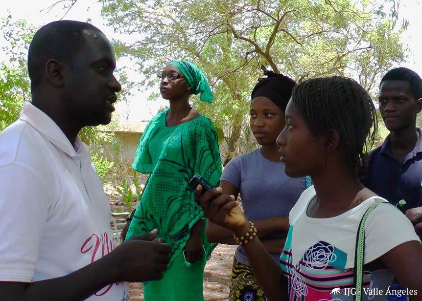 Los jóvenes aprenden el oficio radiofónico implicándose en la vida de la comunidad.