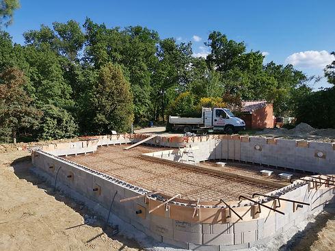 Construction en bloc à bancher. Système de filtration traditionnel.