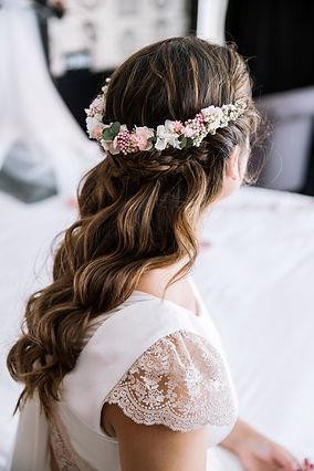 Peinado de novia con flores preservadas