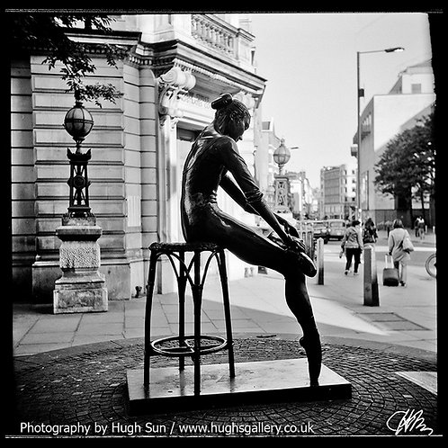 DA1-Dancer Statue (B/W)